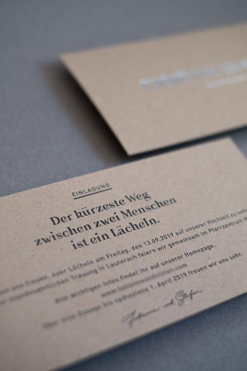 Hochzeitseinladung aus Naturkarton mit Silber Letterpress Druck. Von Simone Angerer. Fotos von Nina Broell.