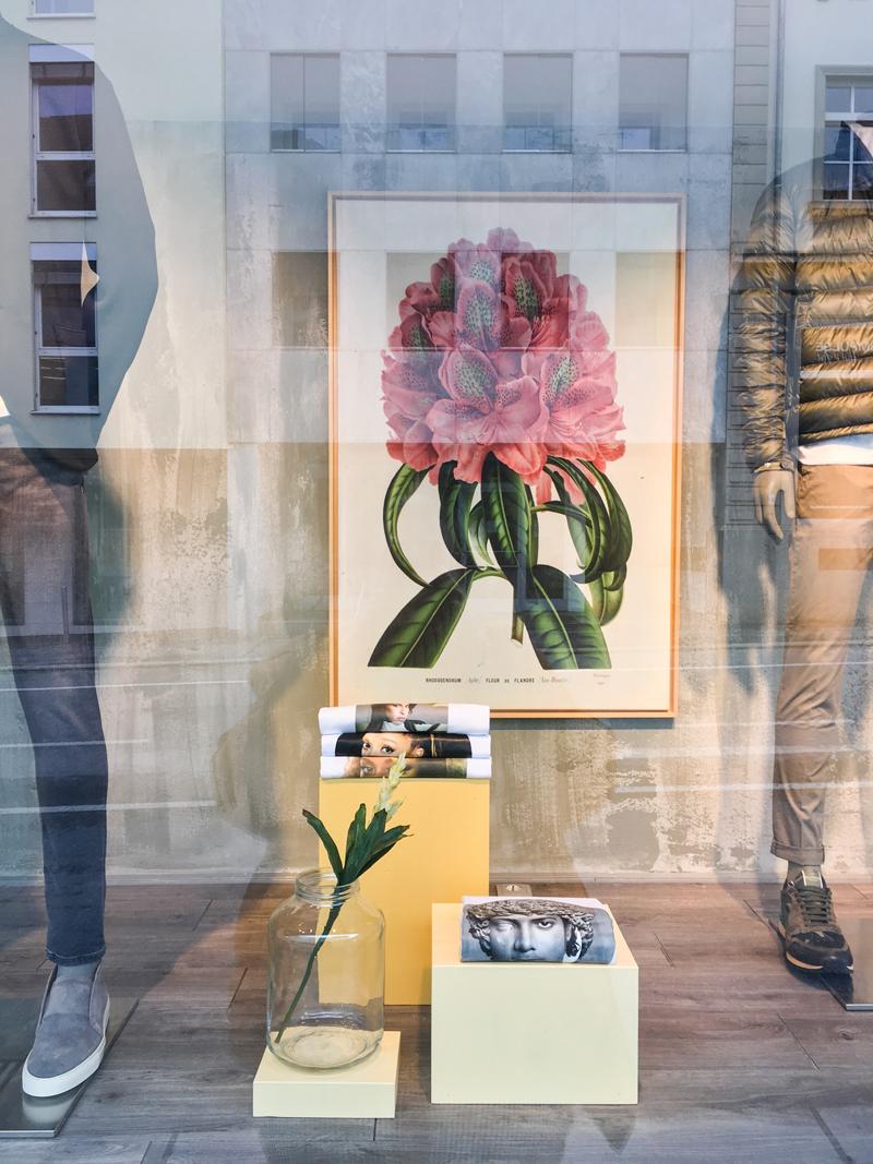 Dekor Schaufenster Gestaltung Sagmeister Herrenmode Bregenz von Simone Angerer.