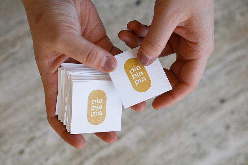 Pia Pia Pia Berchtold Visitenkarten mit Logo. Grafikdesign von Simone Angerer. Foto von Nina Bröll.