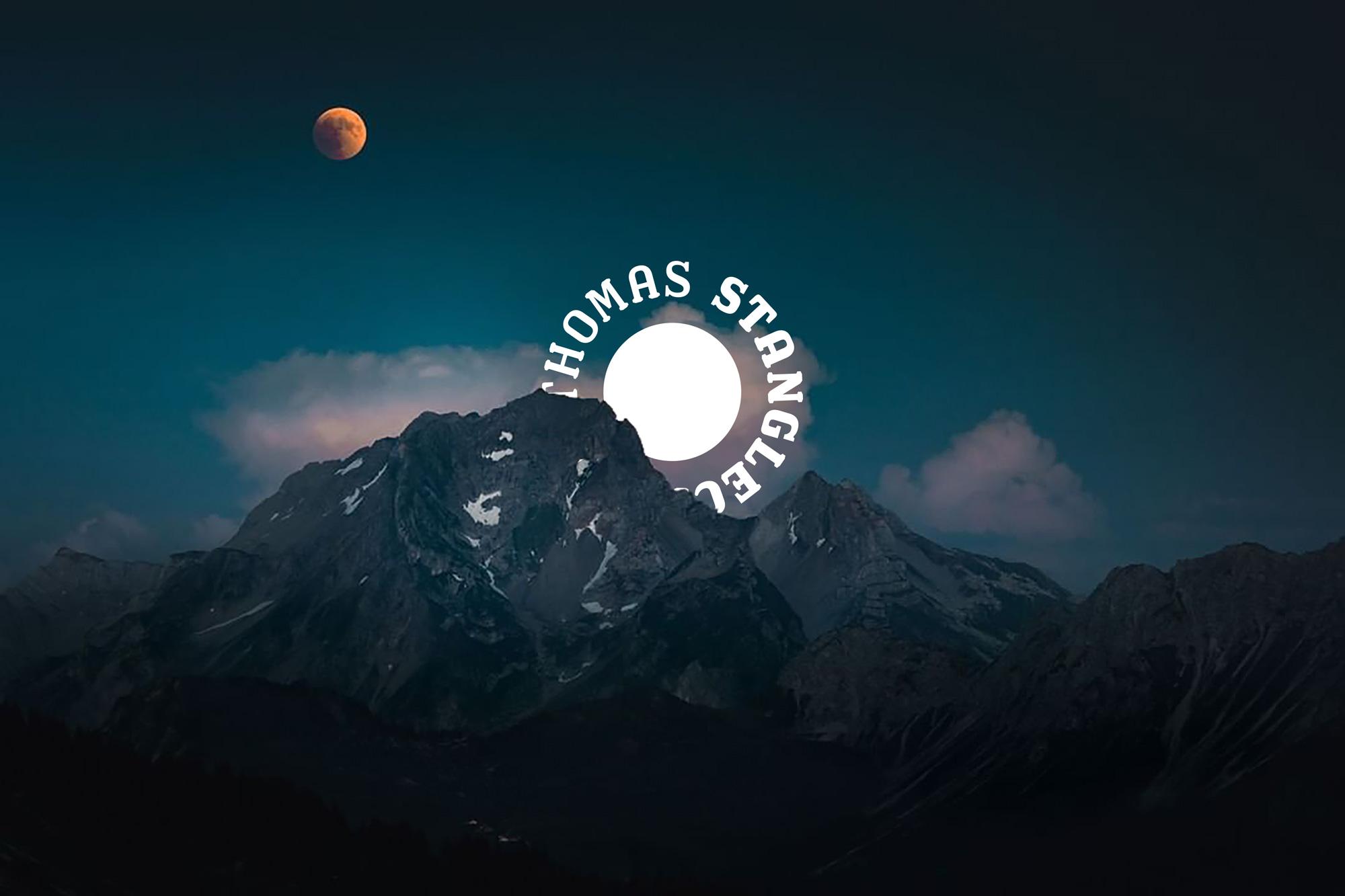 Blutmond Nachthimmel und Berge von Stanglechner Thomas. Logo und Grafikdesign von Simone Angerer.