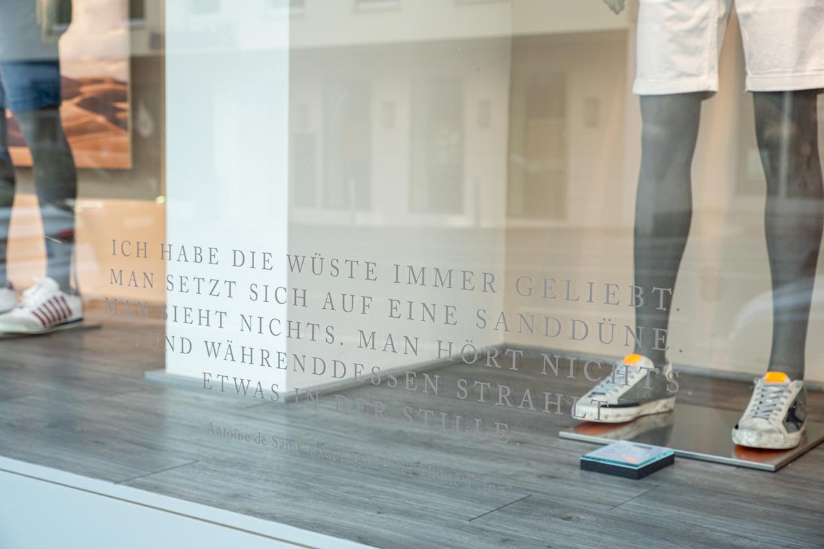 Schaufenster Beklebung für Sagmeister der Mann in Bregenz. Schaufenster Gestaltung von Simone Angerer. Foto von Pia Pia Pia Berchtold.