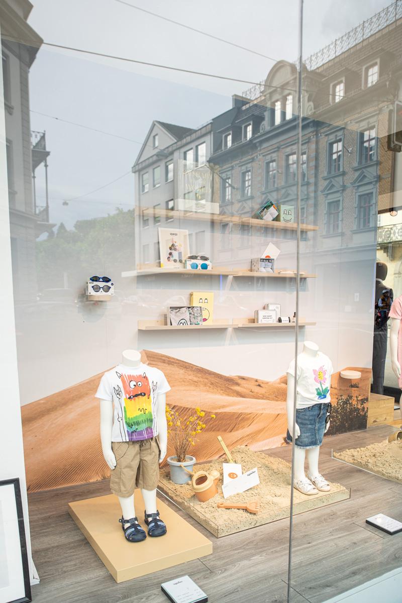 Sand und Wüste im Schaufenster von Sagmeister der Mann in Bregenz. Schaufenster Gestaltung von Simone Angerer. Fotos von Pia Pia Pia Berchtold.