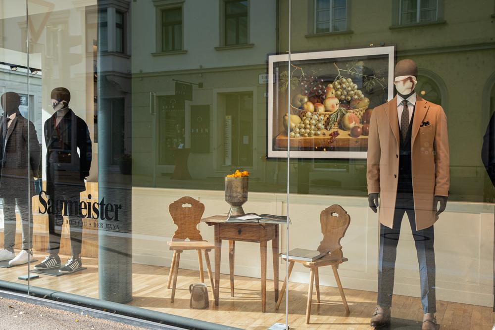 Schaufenster in der Römerstraße in Bregenz. Schaufenster Inszenierung mit modernen Sillleben für Sagmeister der Mann. Foto von Pia Pia Pia Berchtold.