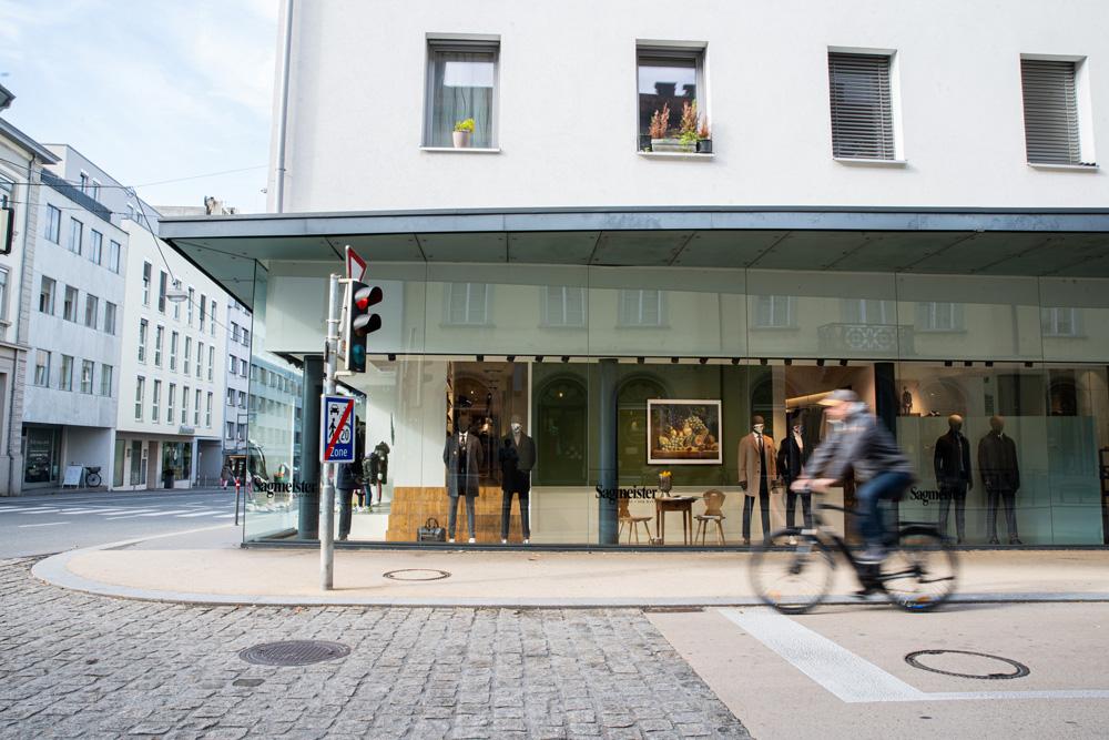 Schaufenster von Sagmeister in der Römerstraße in Bregenz. Räumliche Inszenierung von Simone Angerer. Foto von Pia Pia Pia Berchtold.