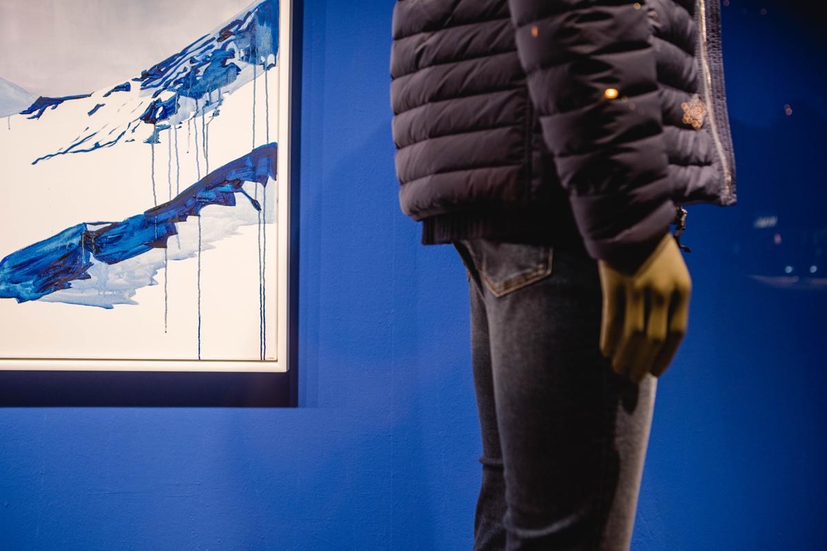 Fashion Meets Art. Schaufenster Gestaltung von Simone Angerer für Sagmeister, der Mann in Bregenz. MIt Kunst von Hannah Philomena Scheiber.