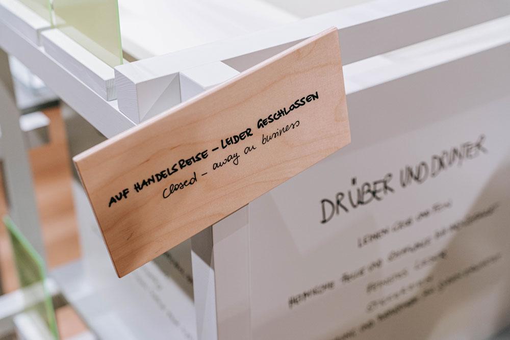 """Auf Handelsreise – Leider geschlossen. Handlettering von Simone Angerer für die Ausstellung """"Weltstadt oder so"""" im Vorarlberg Museum Bregenz. Foto von Pia Pia Pia."""