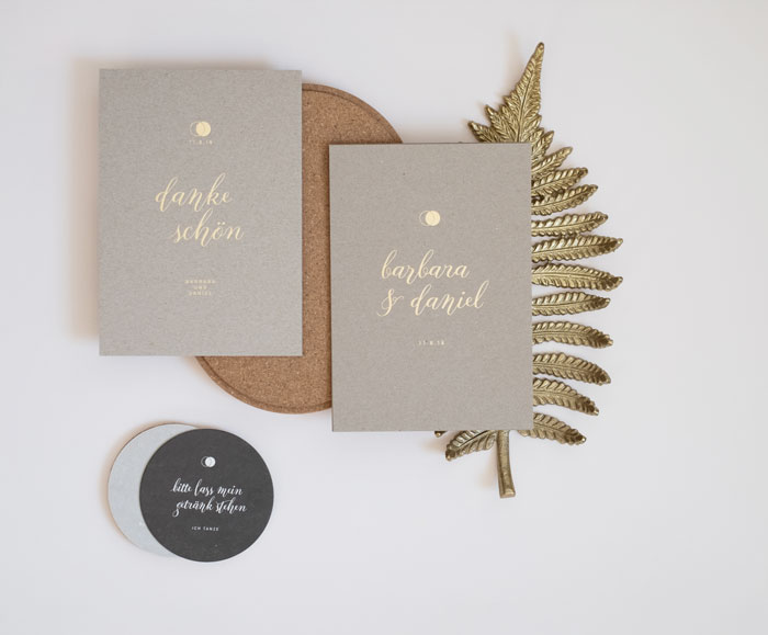 Barbara und Daniel. Hochzeitseinladung aus Graupappe. Bedruckt mit Letterpress und Veredelt mit Heißfolienprägung. Gestaltung von Simone Angerer.