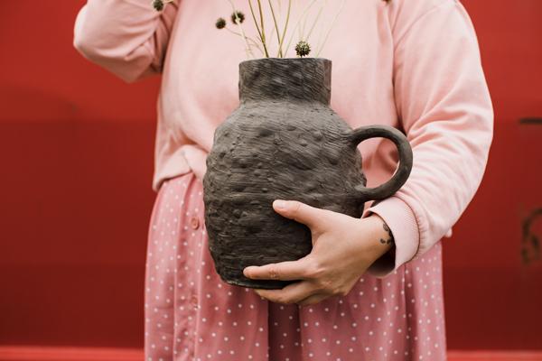Mit dem Material Ton gestalten. Keramik-Krug von Simone Angerer. Foto von Nina Bröll.